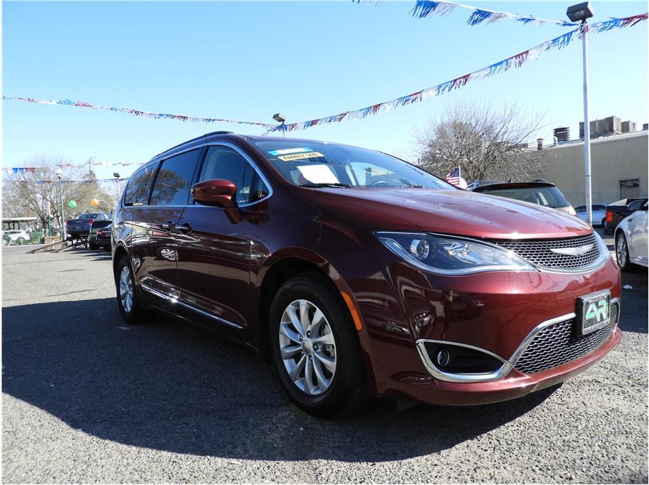 2017 Chrysler Pacifica from Auto Resources